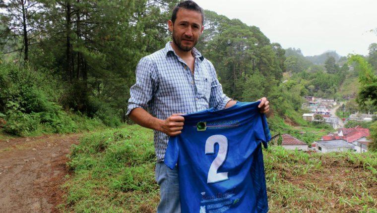 Nelson Morales, captado en las fueras de su vivienda. Actualmente desempeña el cargo de sub entrenador en el Cobán Imperial. (Foto Prensa Libre: Eduardo Sam Chun)