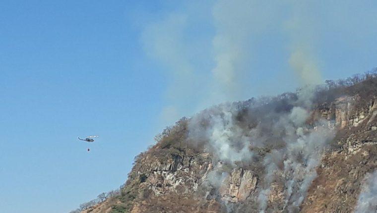 Un incendio que se originó esta semana en el Volcán San Pedro aún no ha sido controlado. (Foto Prensa Libre: Ángel Julajuj)