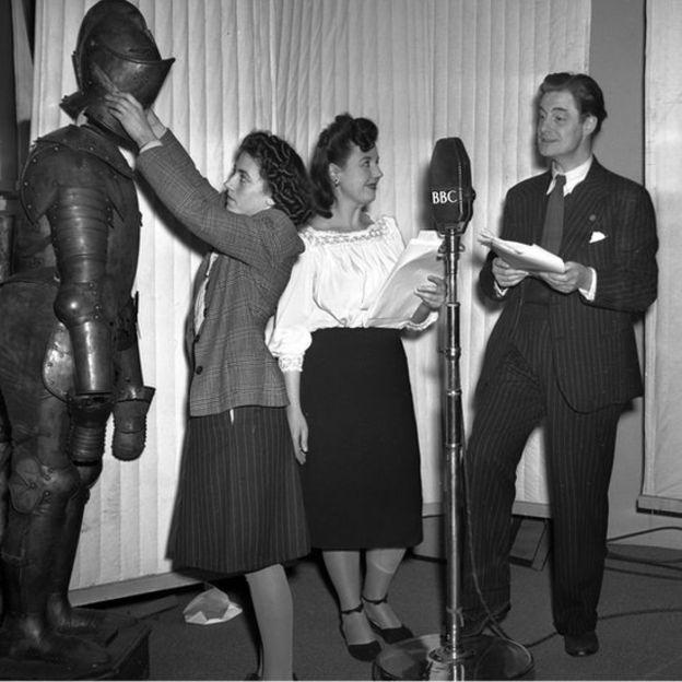 La versión en inglés fue de tres horas e incluyó más efectos especiales, como los sonidos de la armadura del caballero andante.