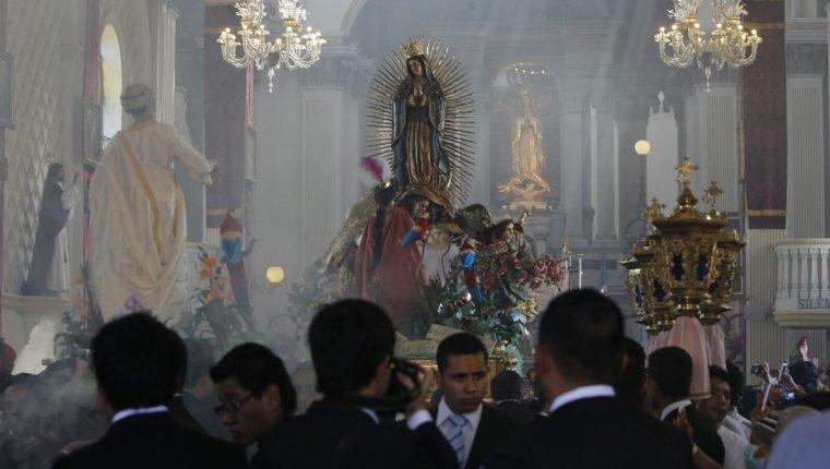 El cortejo de la Virgen inició su recorrido a las 13 horas (Foto Prensa Libre: Paulo Raquec)