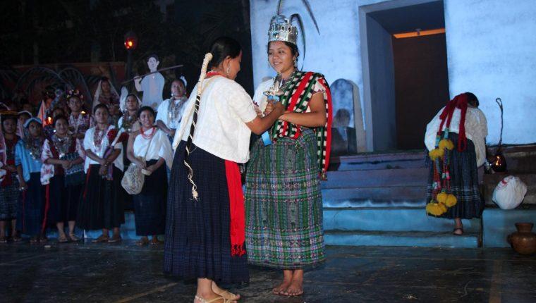 Celeste Catarina Morales Cruz, representante de San Pedro La Laguna, Sololá,es investida por su antesesora como Rabín Ajaw 2016. (Foto Prensa Libre: Eduardo Sam)
