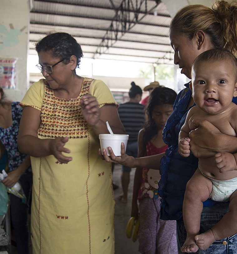 Cientos de hondureños viajan con sus familias. (Foto Prensa Libre: EFE)