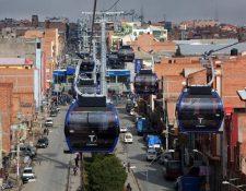 En otros países, como Bolivia, el servicio de teleférico en medio de la ciudad ha dado buenos resultados. (Foto Prensa Libre: EFE)