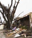 Una mujer camina en una de las zonas devastadas por los tornados en Texas. (Foto Prensa Libre: AFP).