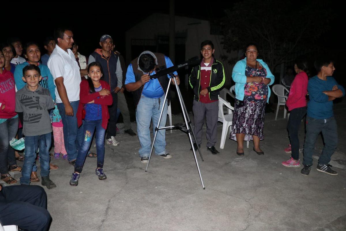 Otros pobladores optaron por observar la erupción.