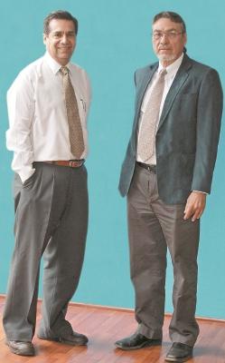 Los médicos Carlos Chúa y Octavio Morán consideran de vital importancia la reforma universitaria.