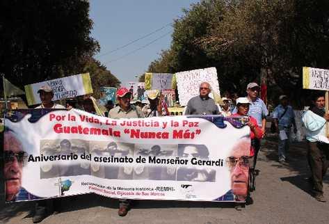 EN San Marcos decenas marchan para conmemorar la muerte del obispo.