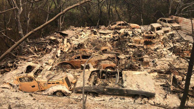 Varios autos antiguos, parte de una colección, yacen en los escombros en un vecindario devastado el fuego cerca de Redding, California. (Foto Prensa Libre:AFP)