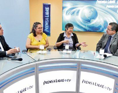 Claudia Samayoa y Helen Mack —al centro— dialogan con el periodista José Manuel Patzán y con Carlos Castañaza, editor de Nacionales, sobre la participación social en los pasados meses.