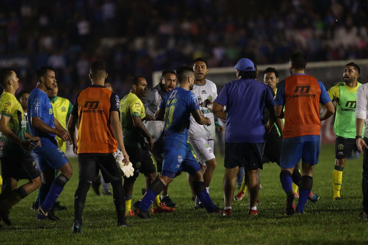 El partido de vuelta de la semifinal entre Cobán Imperial y Guastatoya terminó de forma violenta. (Foto Prensa Libre: Hemeroteca PL)