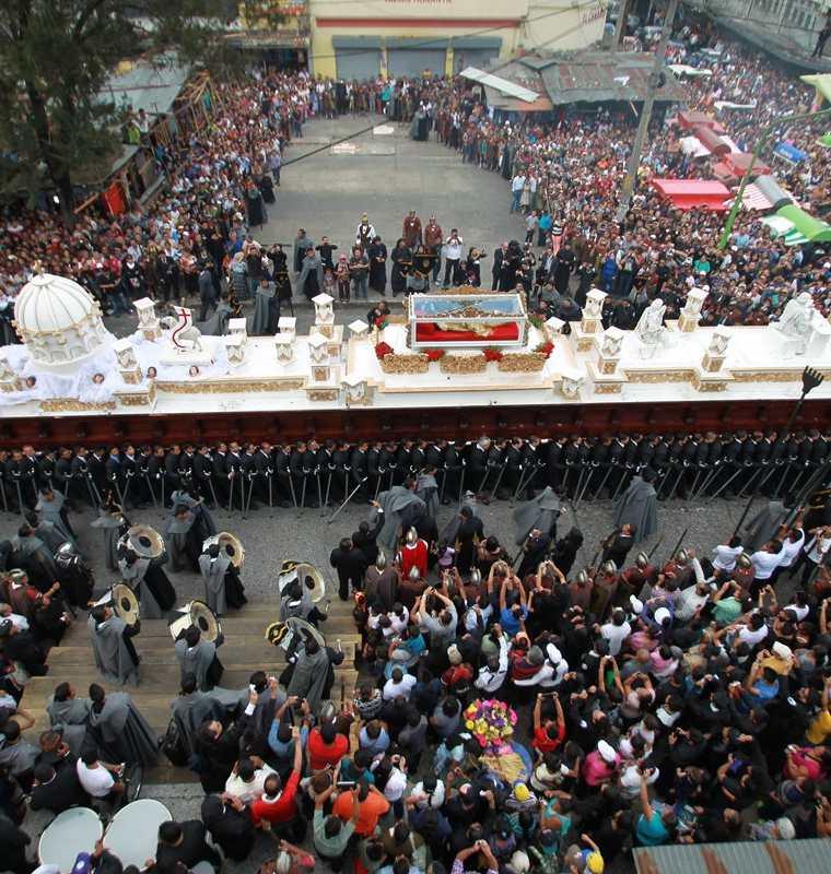 El Santo Entierro de la Iglesia El Calvario es de las procesiones más multitudinarias y lleva el anda más grande con capacidad para 140 cargadores. (Foto: Hemeroteca PL)