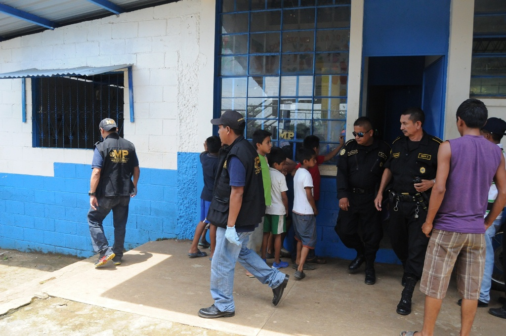 Autoridades inspeccionan escuela que fue objeto de robo en Flores Costa Cuca, Quetzaltenango. (Foto Prensa Libre: Alexánder Coyoy)