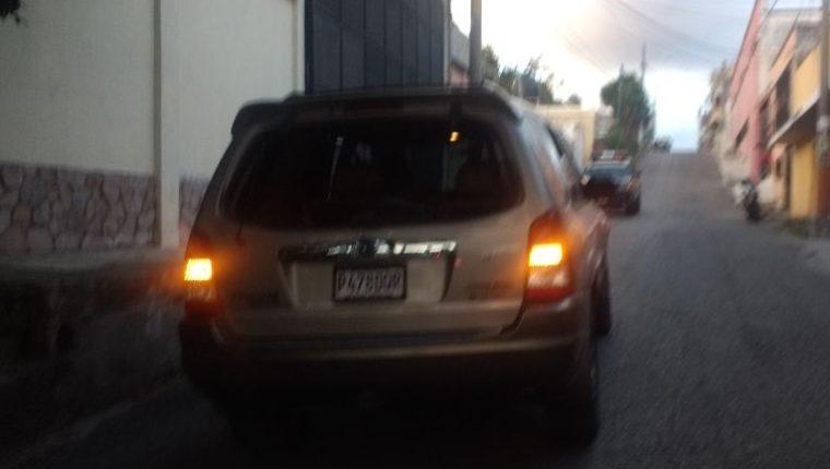 Uno de los vehículos decomisados a los presuntos responsables del ataque armado en la colonia Los Pinos, zona 18. (Foto Prensa Libre: PNC).