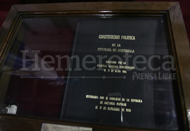 El primer ejemplar de la Constitución de la República se resguarda en el hemiciclo del Congreso desde el 31 de mayo de 1985, día de su proclamación. (Foto: Hemeroteca PL)