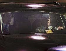 Momento en el que Paul Manafort, exjefe de campaña de Trump, llegaba al FBI para entregarse. (Foto Prensa Libre: AP)