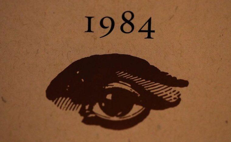 """La novela """"1984"""" habla de una sociedad en la que se adultera la historia de acuerdo a la conveniencia del partido único gobernante. GETTY IMAGES"""