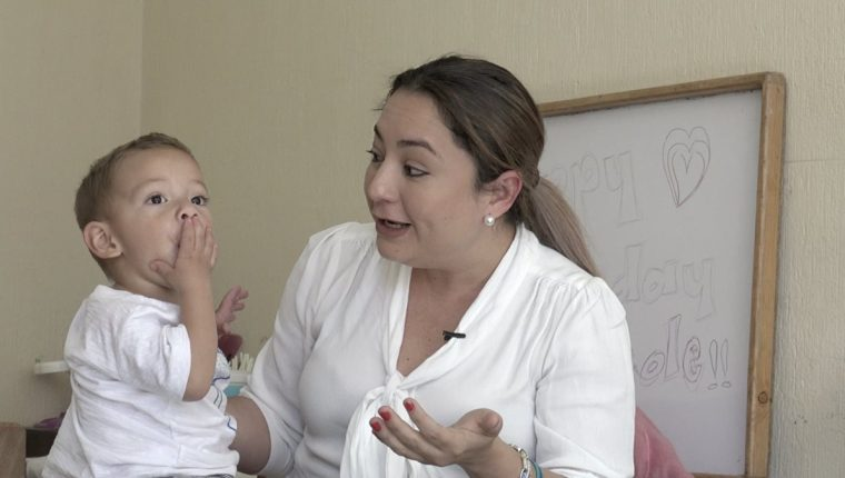 Mateo, de 2 años, con su mamá, Lizbeth Paiz, quien ha emprendido una lucha para conseguir donadores de fondos para que su hijo pueda escuchar. (Foto: Fernando Magzul).