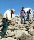 Algunos de los inconformes circulan el terreno que según ellos les pertenece y fue ocupado por la hidroeléctrica. (Foto Prensa Libre: HemerotecaPL)
