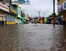 En el barrio La Ermita, San Benito, Petén, la lluvia ocasionó que varias viviendas quedaran anegadas. (Foto Prensa Libre: Rigoberto Escobar)