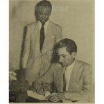 20/07/1954 El coronel Carlos Castillo Armas, al profesor P. Royer, daba los documento para conocer los planes para el país . (Foto: Hemeroteca PL)