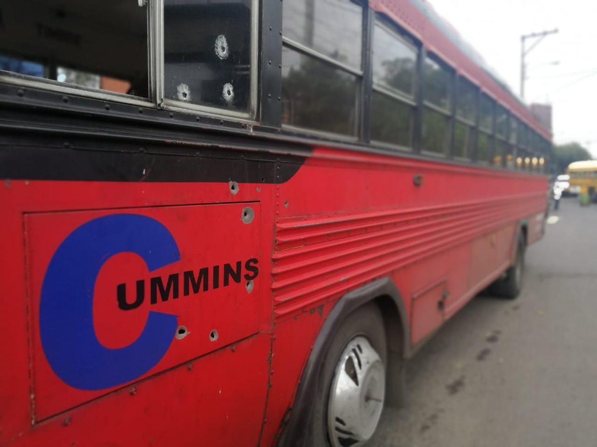El autobús quedó con varios impactos de bala en la estructura, sin embargo, el piloto fue alcanzado por tres proyectiles. (Foto Prensa Libre: Érick Avila)