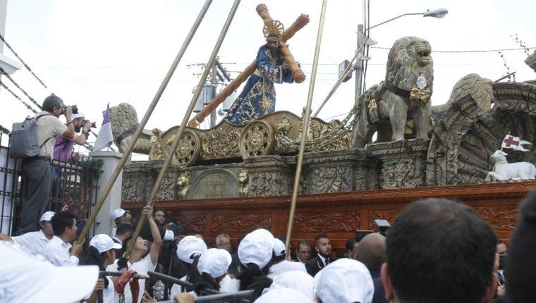 Devotos contemplan salida de procesión del Nazareno de la iglesia de Santa Teresa. (Foto Prensa Libre: Paulo Raquec).