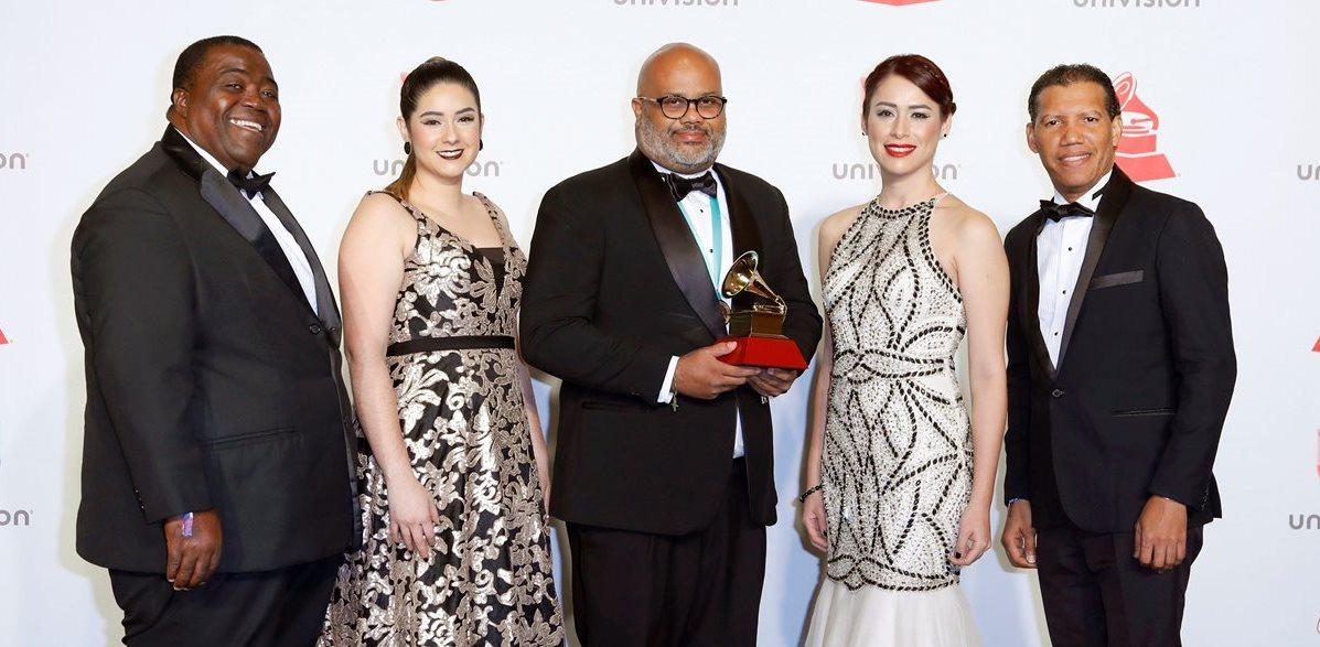 Miembros de la Banda Alfareros, con Katia del Cid (segunda de derecha izquierda) posan con su premio al Mejor Álbum Cristiano (Foto Prensa Libre: EFE).