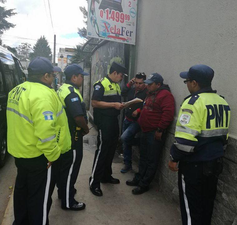 Agentes de tránsito tendrán operativos de reducción de velocidad y verificación de vehículos en Xela. (Foto Prensa Libre: Raúl Juárez)