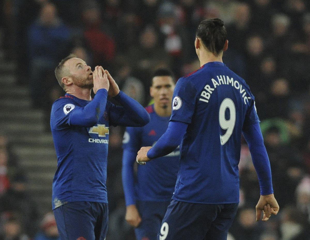 Wayne Rooney festeja luego de anotar su gol 250 con el United. (Foto Prensa Libre: AFP)