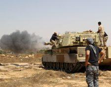 Uno de los tanques de la tropa libia echa a yihadistas del puerto de Sirte. (Foto Prensa Libre: AFP)