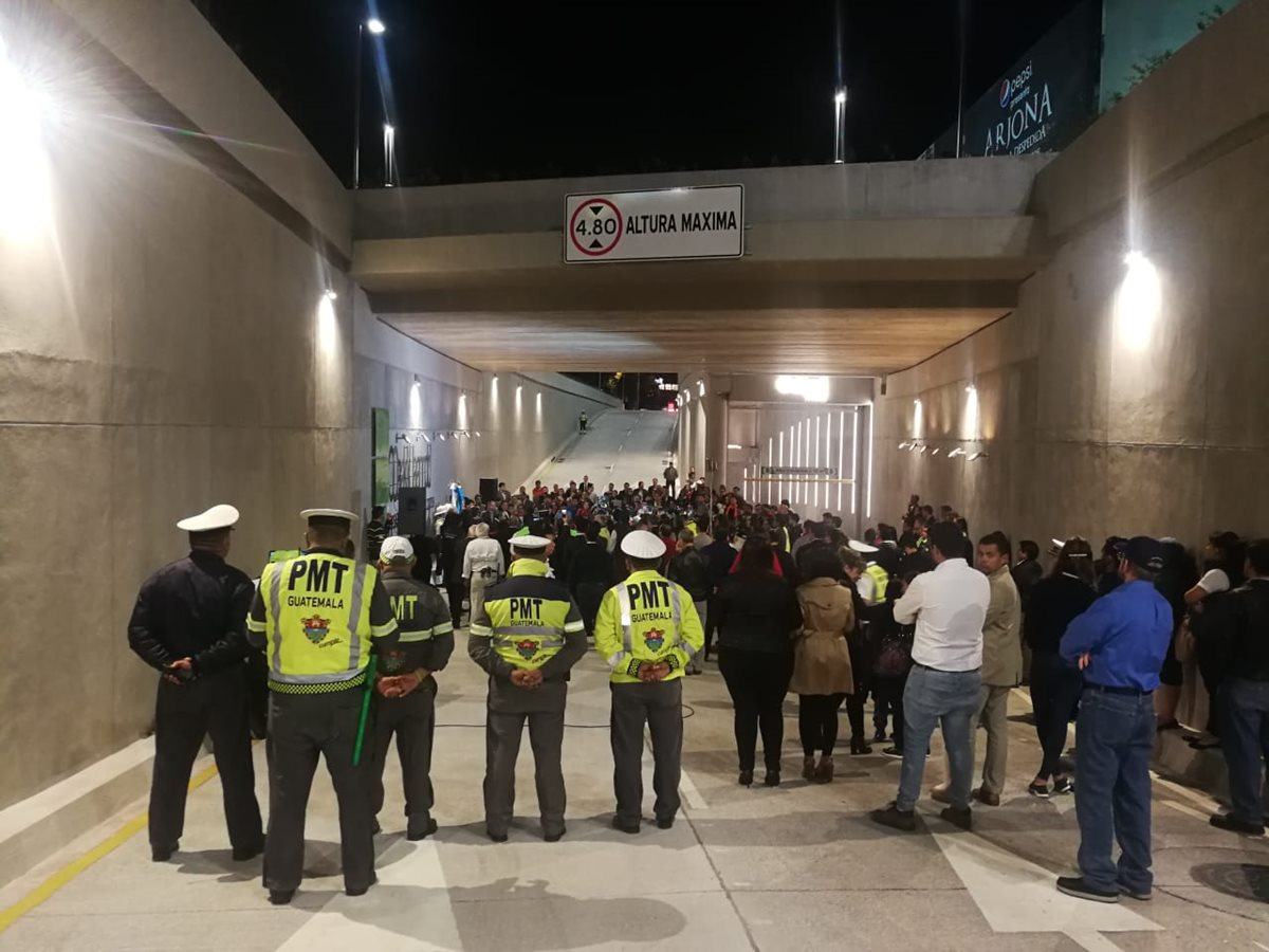 Habilitan el paso a desnivel frente al centro comercial Oakland Mall