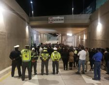 Autoridades de la comuna capitalina durante la habilitación del paso a desnivel frente al centro comercial Oakland Mall, zona 10. (Foto Prensa Libre: Edwin Pitán)