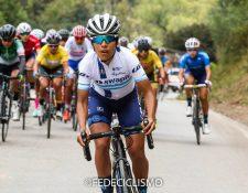 Gabriela Soto comanda el pelotón en la última etapa del tour internacional que dejó a su equipo como campeón. (Foto Prensa Libre: Cortesía, FedeCiclismo)