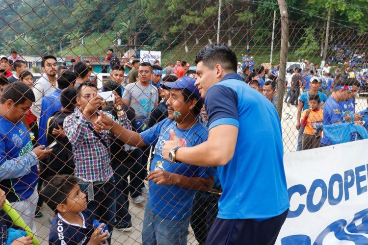 Un aficionado se toma una selfie junto a Robín Betancourth. (Foto Prensa Libre: Eduardo Sam)