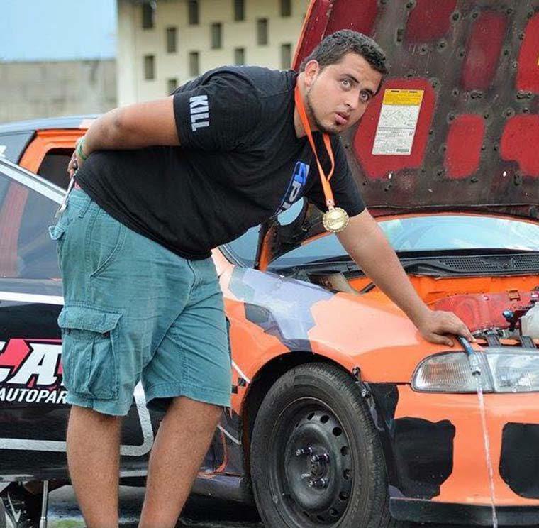 Ricardo Barahona posa junto a su vehículo en una fotografía de archivo. (Foto Prensa Libre: cortesía Carlos Pineda)