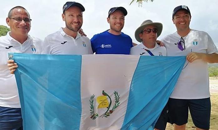 Enrique, Jean Pierre y Hebert Brol, lucen la bandera de Guatemala, tras ganar el oro por equipos en foso olímpico. (Foto Prensa Libre: Carlos Vicente)