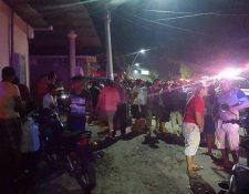 Personas permanecen aglomeradas observando el cadáver de la mujer asesinada en caserío las Delicias, Ayutla, San Marcos. (Foto Prensa Libre: Whitmer Barrera)