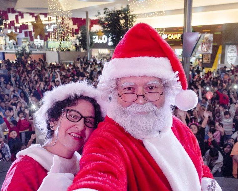 Santa Claus y la señora Claus comparten con los visitantes en el centro comercial Pradera Xela. (Foto Prensa Libre: Cortesía)