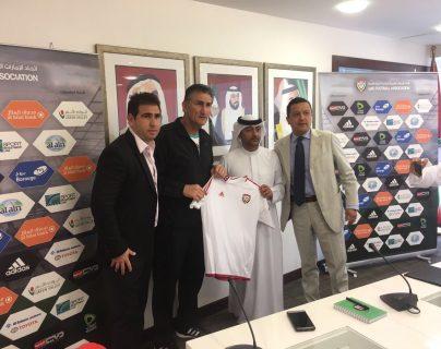 Bauza junto a sus representantes y el presidente de la Federación de Emiratos Árabes Unidos en el anuncio de su incorporación al equipo. (Foto Prensa Libre: Twitter)