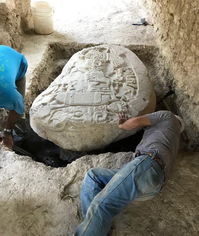 Imagen que demuestra la excavación del monumento Altar número 5, que fue hallado en el sitio arqueológico La Corona, en Petén (Foto Prensa Libre: Cortesía).