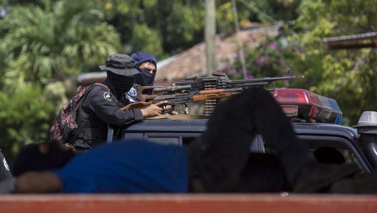 Fuerzas de seguridad gubernamentales en Masaya, donde se ha denunciado que usan armas letales para reprimir a los opositores al régimen de Daniel Ortega. (Foto Prensa Libre. EFE)