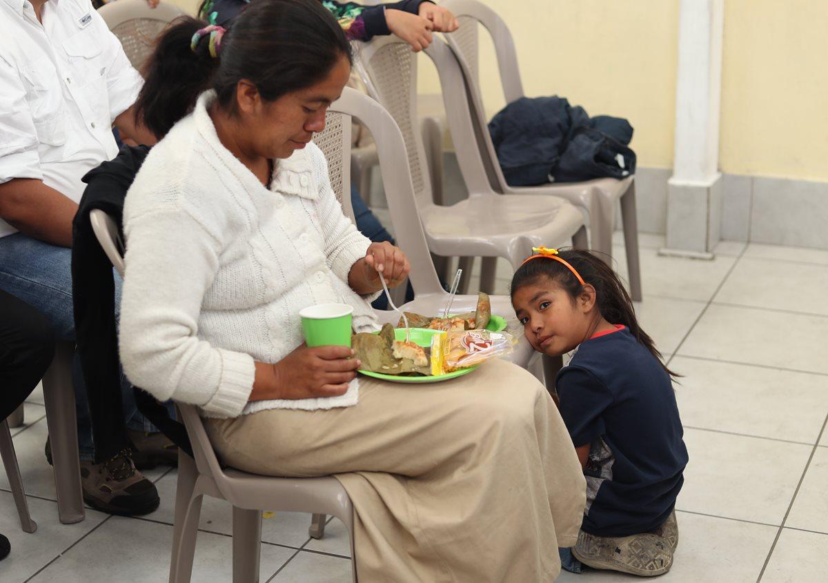 Blanca de Yup degusta de un tamal, mientras que Génesis la observa durante el convivio. (Foto Prensa Libe:Esbin García)