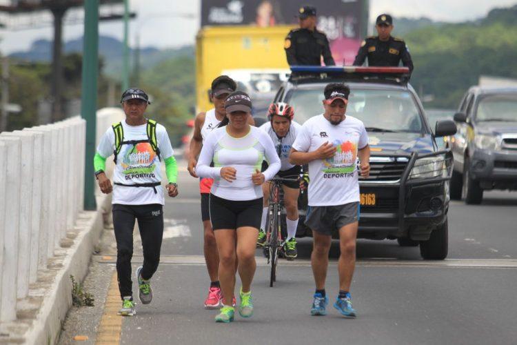A su ingreso a Mixco agentes de la PNC custodiaron su llegada para que los vehículos estuvieran atentos al paso de los atletas.
