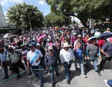 Sindicato sale del Obelisco para presionar por el pacto colectivo del magisterio. (Foto Prensa Libre: Juan Diego González)