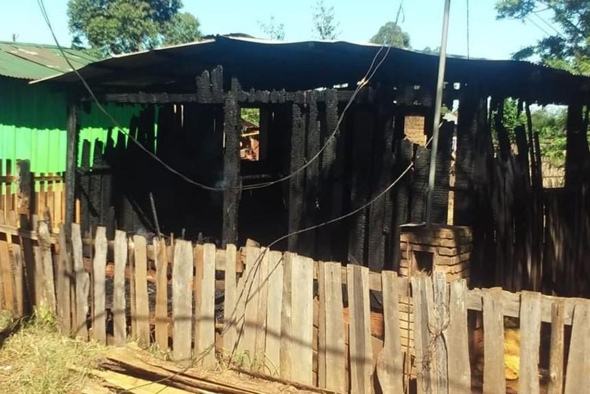 Así quedó parte de la casa que fue incendiado por una discusión por el superclásico argentino. (Foto Prensa Libre: El Territorio, Misiones)