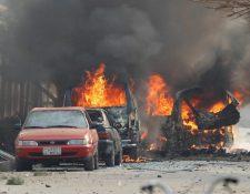 Carros en llamas después de la explosión cerca de la sede de Save The Children en Jalalabad, Afganistán. (Foto Prensa Libre: EFE)