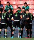 Erick Torres celebra una de las anotaciones de la victoria de México (Foto Prensa Libre: AP)