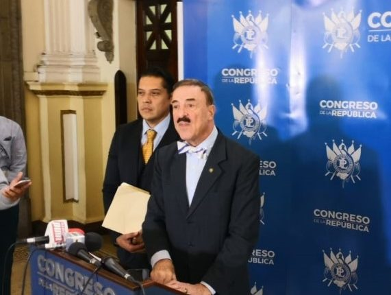 El diputado Fernando Linares-Beltranena, es el ponente de la iniciativa de ley que busca castigar de forma más severa las invasiones. (Foto Prensa Libre: Carlos Álvarez)