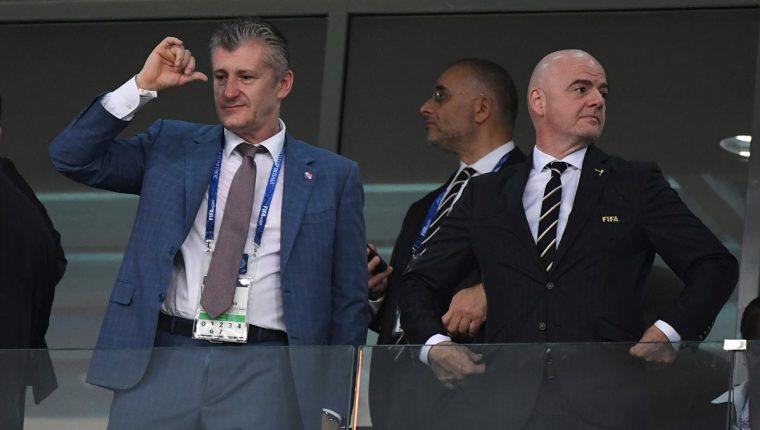 Davor Suker (i) presenció el partido entre Croacia y Rusia este sábado en Sochi junto al presidente la Fifa, Gianni Infantino (d). (Foto Prensa Libre: AFP)