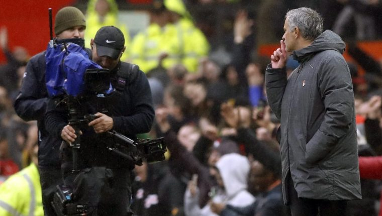 José Mourinho envía un mensaje especial a la cámara, en la victoria del Manchester United sobre el Tottenham. (Foto Prensa Libre: AP)